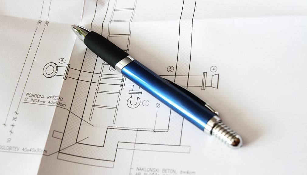 długopis leżący naprojekcie inżynieryjnym